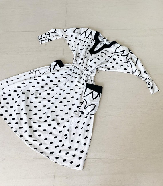 Sassy 80s Black and White Dress with Dolman Slevee