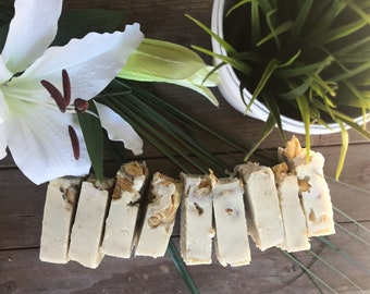 1 (87g) Vegan Coconut milk, oat and lavender soap. Exfoliant bar.