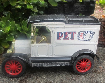 Die Cast Van ERTL Pet Milk 1913 Model T Vintage Replica Ford Delivery Truck Bank with key