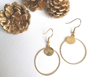 Light, dying gold earrings with a trendy minimalist and geometric style with Rings and Artemis streaked lozenges