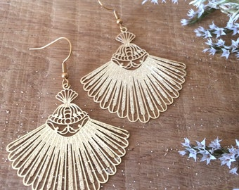 Light gold oriental-style gold pendant earrings in geometric leaf fome in Ravinala lace effect