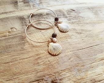 c095aac8d3da Pendientes de aro de gold filled con colgante en forma de concha marina y  cuentas de vidrio de bohemia