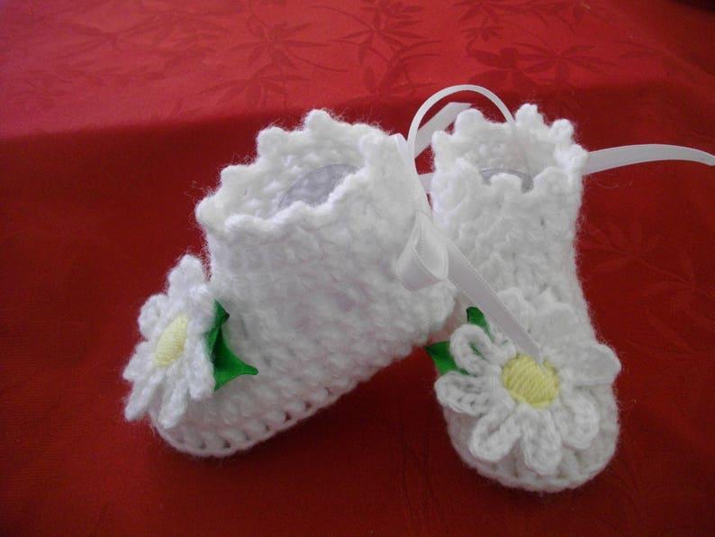 f6ac8c26adaf8 Chaussons bébé baptême fleur laine hiver crochet fait main