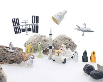 Space Ship Astronaut ET Alien Robot Figurine Miniature Land Rover Hubble Telescope Space Station Capsule Planet Mini Toy Cake Topper