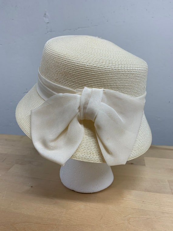Ladie's vintage cloche hat with organza bow