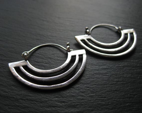 Modern Silver Hoop Earrings . Urban Chic Geometric Minimalist Statement Jewelry . FREE SHIPPING in CANADA . ZARIboutik