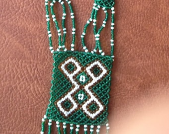 necklace of 6 threads of pearls in green and white tones.