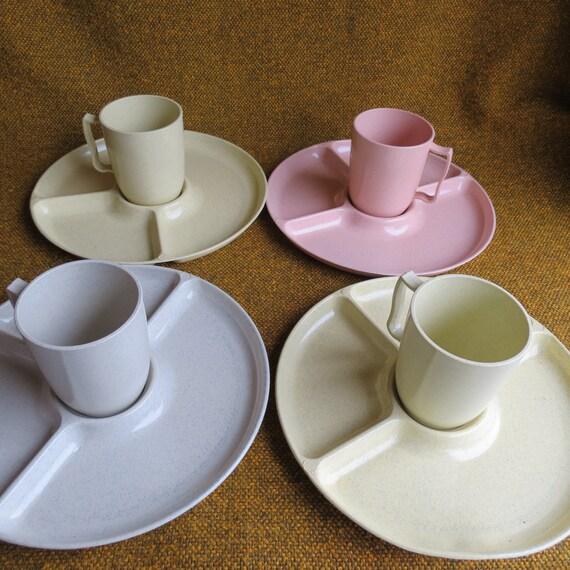 Gothamware ensemble d'assiettes et tasses en couleurs pastel-4 plaques 6 tasses ~ cuisine vintage ~ amusant cadeau ~ garderie ~ préscolaire ~ cadeau maman ~ pique-nique