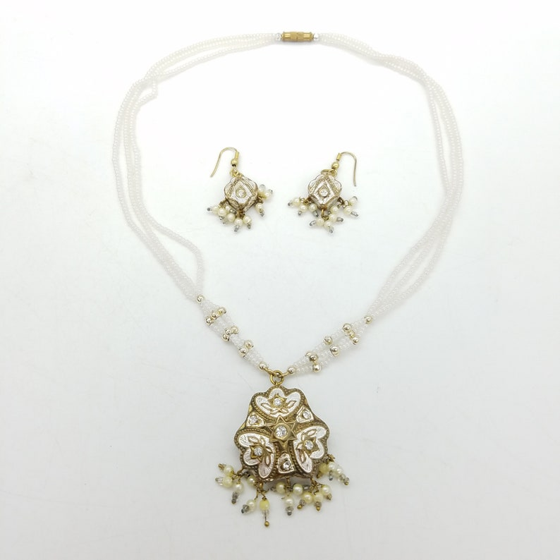 Vintage Beaded Faux Pearl /& Damascene White and Gold Pendant Necklace and Earring Set
