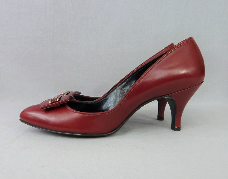0e8c4a851bf5d 50s Cherry Red Leather Heels - Town & Country Shoes - Toe Detail -  Rockabilly Pumps - Vintage 1950s - 8 aaaa SUPER NARROW