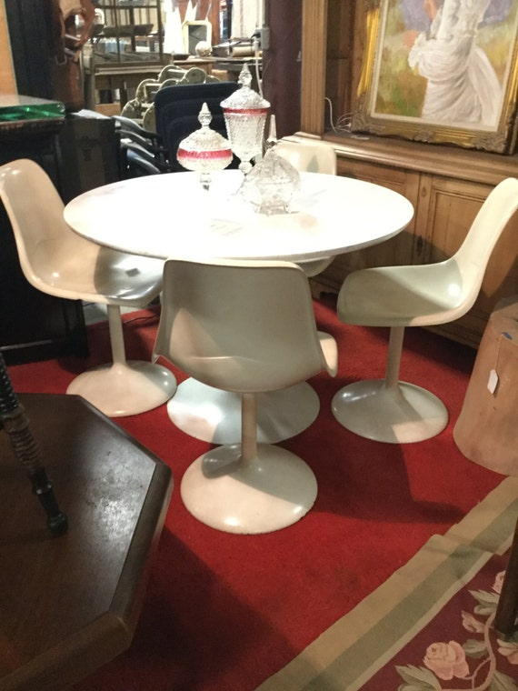 Mid century 42 Round Saarinen Style Dining Set with Four Herman Miller style Molded  Fiberglass chairs