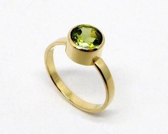 Gold ring with light green gemstone, simple gold ring with round peridot in apple green, handmade gift for women from Berlin