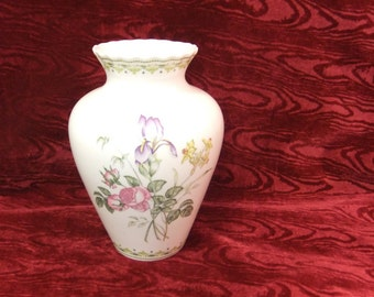 Pretty Royal Doulton Bone China Vase in Camilla 1990