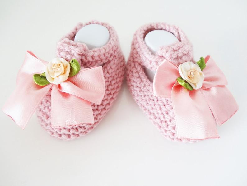 081d89a6b4460 Chaussures bébé en laine rose avec noeud chaussons bébé 1 3