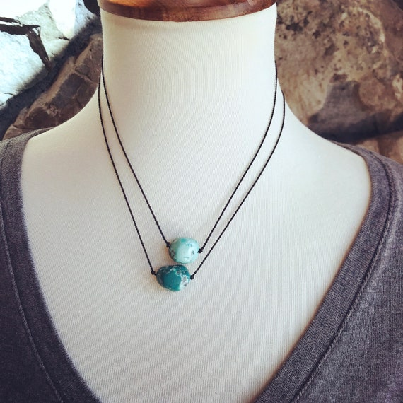 Pendant necklace with a pretty natural gold button and stabilized in a pendant its color will brighten up all your outfits with discretion