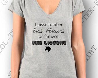 """Tee-shirt femme 100% coton """"  Laisse tomber les fleurs offre moi une licorne. """" Idée cadeau t-shirt col V , gris ou noir."""