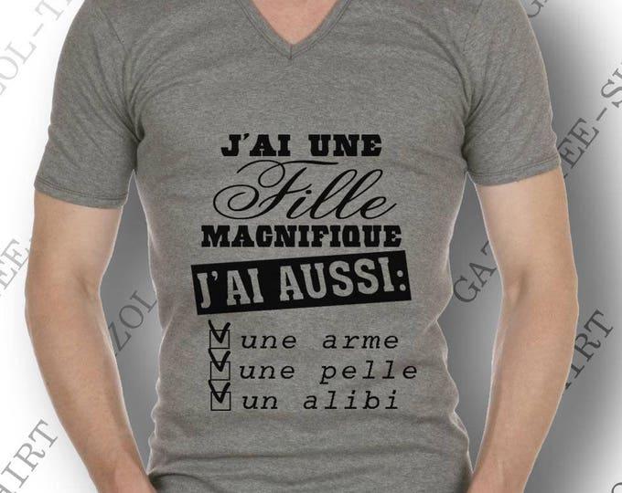 """T-shirt """"J'ai une fille magnifique, j'ai aussi une arme, une pelle un alibi."""" Tee-shirt humour idée cadeau."""