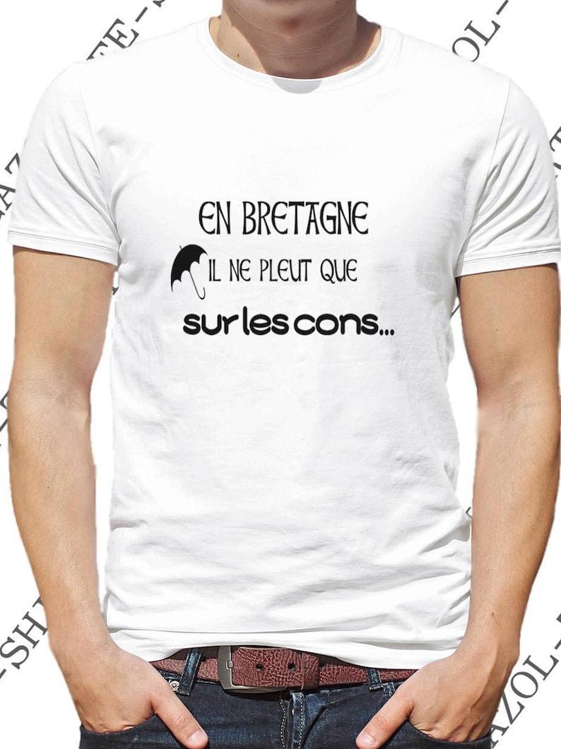 T-shirt. En Bretagne il ne pleut que sur les cons. Idée cadeau image 0