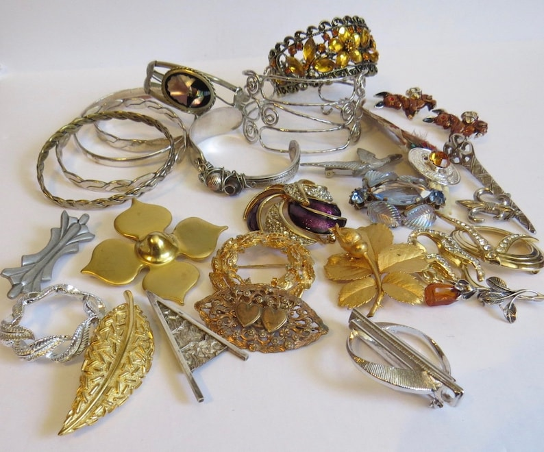 28 pieces of interesting vintage jewellery includes 20 brooches and 8 bracelets
