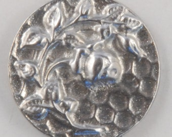 Victorian Rose Button 5/8ths, #135 a delicate rose bud rises up from the leaves.