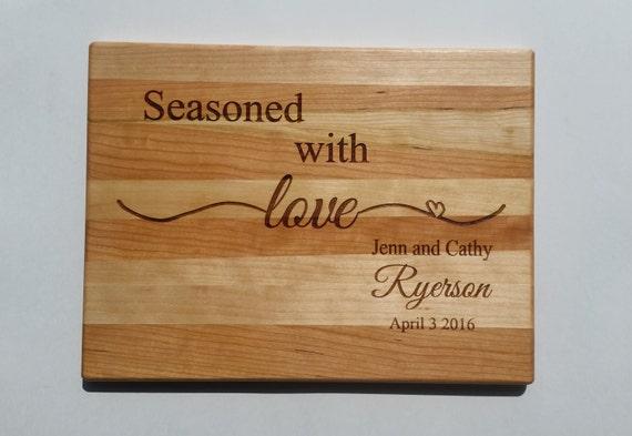 Petite planche à découper gravé personnalisé - planche à découper bois personnalisé gravé « Assaisonné avec l'amour » - choisir votre bois
