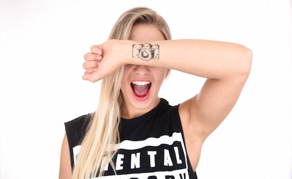 Zawiera 2 Tatuaże Tymczasowy Tatuaż Aparat Fotograficzny Tymczasowy Tatuaż Fotografia Fotograf Hand Draw Czarno Białe Sztuka Body Type