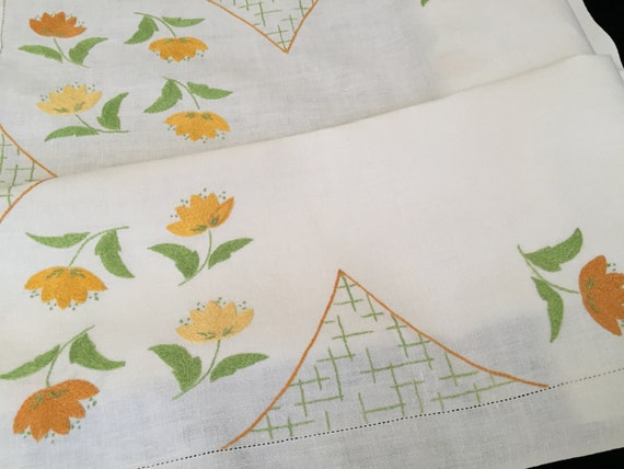 Vintage Embroidered Linen Tablecloth with Applique RBT2768