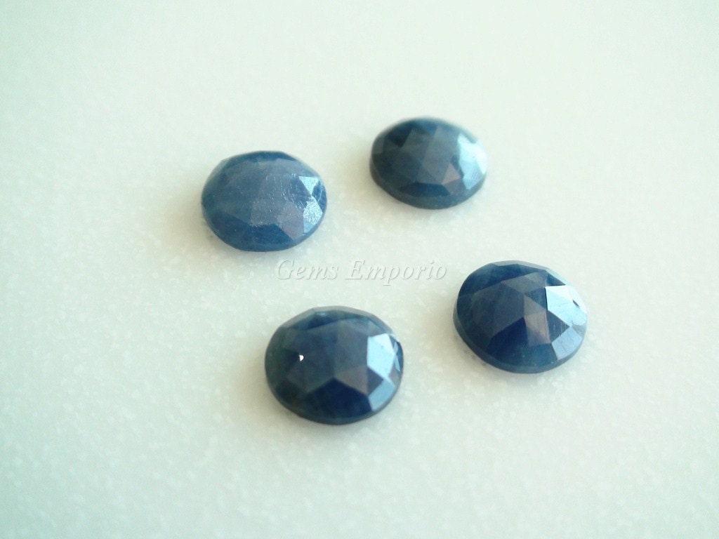 Saphirs bleus naturels ronds de taille rose. rose. rose. Taille 10 à 10,5 mm. de couleur bleu foncé. De belle qualité. Prix pour 4 pièces. efaeae