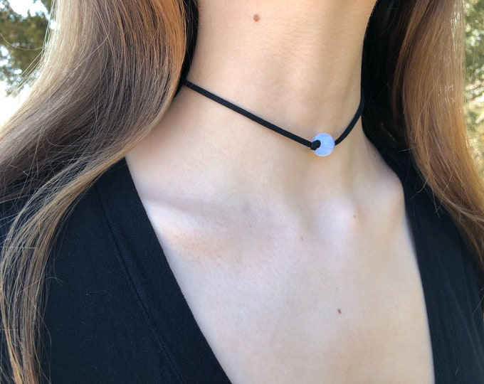 GLOSSY OPALITE: knotted faux suede choker
