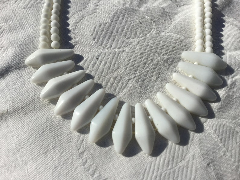 1950/'s. White glass beaded necklace Vintage white glass bead necklace Old-necked ras old
