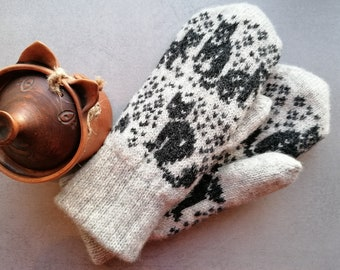 Cute kitty mittens, soft sheep wool with double lining keeps your hand warm. Nice nordic fair isle cat pattern: grey-black, gift for her