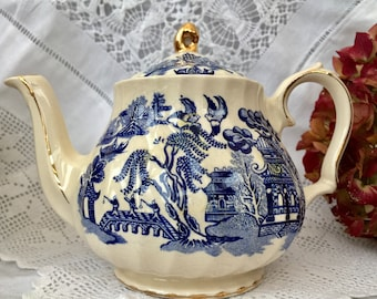 Beautiful Willow Pattern Vintage Sadler Small Teapot