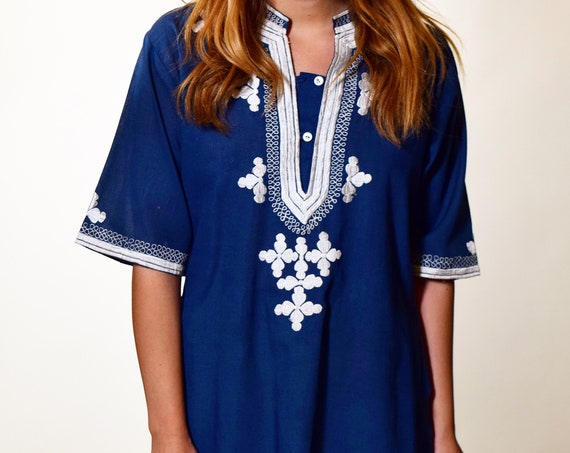 1970s authentic vintage blue + white floral embroidered bohemian blouse / tunic women's size small