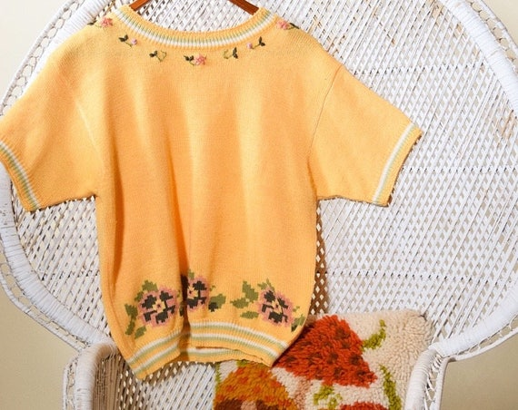 1970's/80's authentic vintage peach pastel short sleeve preppy pullover crewel floral embroidered sweater women's size small / medium