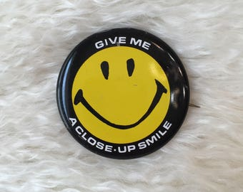 """vintage 1970's classic smiley face """" Give Me A Close Up Smile """" open pin round retro hippie button"""