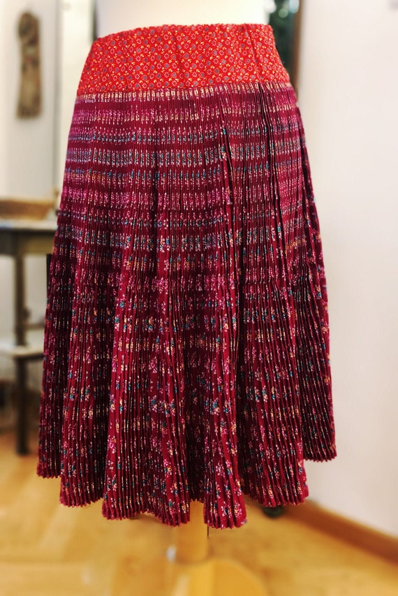 Vintage hungarian pleated red floral folk/gipsy sk