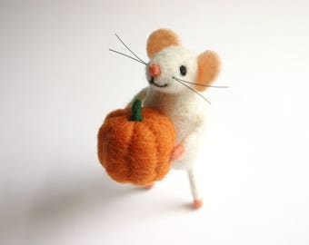 Mouse ornament, Felted pumpkin, Felt mouse holding a pumpkin, Holiday figurine, Felt wool Wool mouse decoration, Collectible mouse
