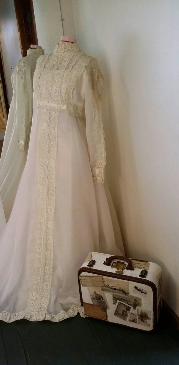 Bohemian Wedding Gown With Long Tulle Veil