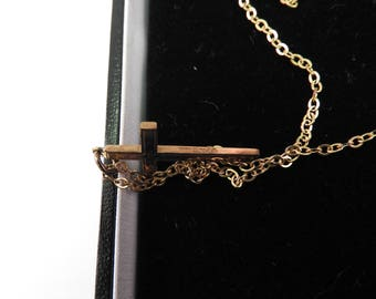 hallmarked 9ct solid gold  crucifix  necklace on fine chain (2.9g)