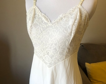 small / 34 / vintage 70's vanity fair slip / white bridal lace.