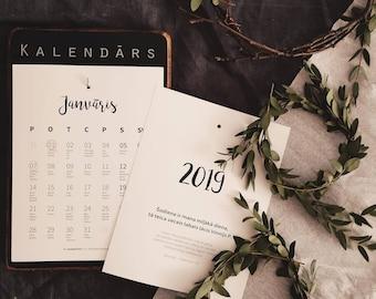 Tumšas koka pamatnes koka kalendārs