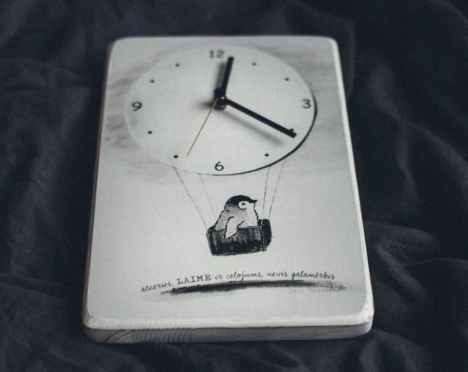 Balts koka pukstenis ar zīmejumu