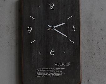 Melns pulkstenis ar ģimenes definīciju
