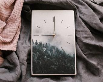 Pulkstenis ar meža skatu