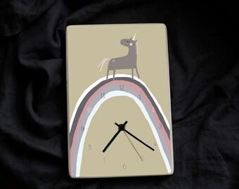Sienas pulkstenis ar vienradzi un varavīksni