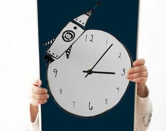 Sienas pulkstenis ar kosmosa kuģi