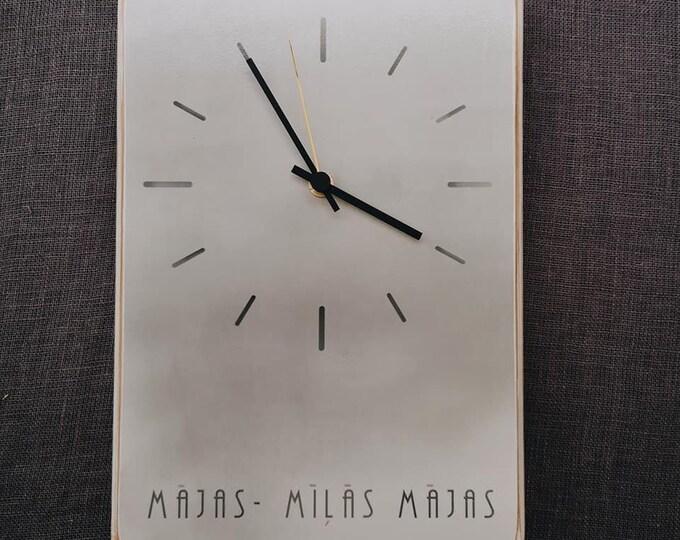 Balts koka pulkstenis ar uzrakstu mājas, mīļās mājas