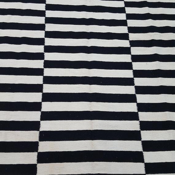 Noir et Ivoire/beige rayé en tapis, tapis kilim rayé à la main, tapis blanc  et noir, tapis en laine kilim, tapis kilim rayé noir et beige.