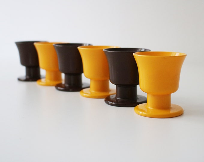 Set of 6 Swedish modernist plastic egg cups from the 1960s by Forse Gnista contrasting yellow and brown