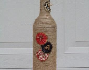 Ficelle enroulé de bouteille de vin avec beau papier fleurs